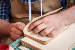 reliure Pages obligatoires de travailleur de sexe masculin photographie stock
