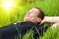 Relájese bajo el sol del verano Fotos de archivo