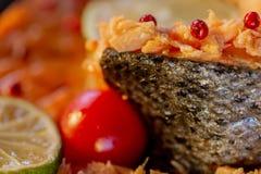 Rellenado pesque un salmón y un tomate foto de archivo