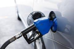 Rellenar el coche con el combustible Foto de archivo