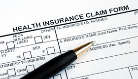 Rellenar el impreso de demanda del seguro médico Fotografía de archivo libre de regalías