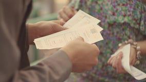 Rellene al hombre que comprueba boletos de la muchacha a la entrada en el evento del verano seguridad Día asoleado holidays almacen de video