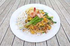 Rellene los tallarines de arroz sofritos tailandeses, tailandeses, huevos foto de archivo libre de regalías