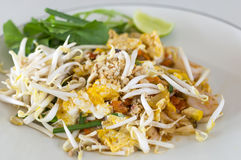 Rellene los tallarines de arroz sofritos tailandeses, tallarines del sofrito con el camarón foto de archivo libre de regalías