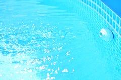 Relleno de la piscina con agua azul fresca y limpia fotografía de archivo libre de regalías