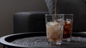 Relleno del refresco en el vidrio con hielo metrajes