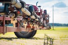 Relleno del rociador en el campo de maíz de las preparaciones del agua y de la sustancia química imagenes de archivo