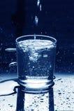 Relleno del vidrio de agua imágenes de archivo libres de regalías