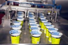 Relleno del yogur y máquina del lacre Imágenes de archivo libres de regalías
