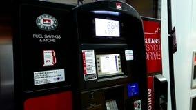Relleno encima de depósito de gasolina del coche del combustible metrajes
