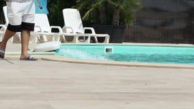 Relleno encima de la piscina almacen de metraje de vídeo