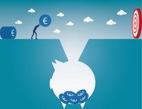 Relleno encima de monedas a la hucha para la inversión en el futuro Foto de archivo