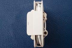 Relámpago a 3 auricular Jack Adapter y Earpods de 5 milímetros Fotografía de archivo libre de regalías