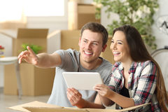 Relocalisation de meubles de planification de couples photo stock