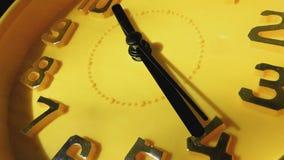 Reloj amarillo con las flechas negras que corren en un círculo, primer metrajes