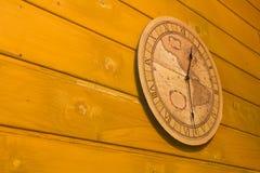 Reloj amarillo grande en la pared Imagen de archivo libre de regalías