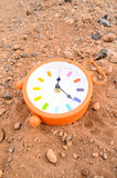 Reloj análogo clásico en la arena Imagen de archivo libre de regalías