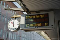 Reloj análogo con el panel de información digital imagen de archivo libre de regalías
