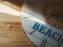 Reloj análogo con la palabra PLAYA Imagenes de archivo