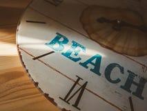 Reloj análogo con la palabra PLAYA Fotos de archivo libres de regalías