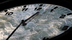 Reloj análogo de giro rápido almacen de metraje de vídeo