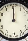 Reloj análogo que dice tiempo Imágenes de archivo libres de regalías