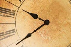 Reloj antiguo con los números romanos Foto de archivo