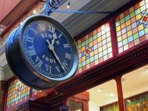 Reloj antiguo en arcada de las compras Imagen de archivo libre de regalías