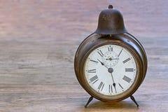 Reloj antiguo en un fondo de madera Imágenes de archivo libres de regalías