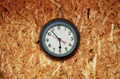 Reloj antiguo en una pared de madera Imagen de archivo libre de regalías