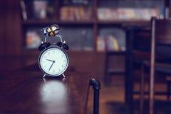 Reloj antiguo en una tabla de madera foto de archivo