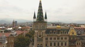 Reloj astronómico en Batumi, empleando la esquina del cuadrado de Europa, turismo almacen de video