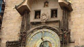Reloj astronómico en Praga, República Checa, situada en la vieja plaza Reloj astronómico de Praga almacen de video