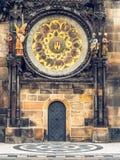 Reloj astronómico en ayuntamiento viejo en Praga, checa Foto de archivo libre de regalías