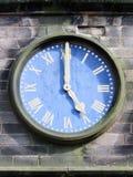 Reloj azul de la iglesia a las cinco Foto de archivo libre de regalías