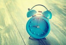 Reloj azul en la madera rústica antigua Foto de archivo