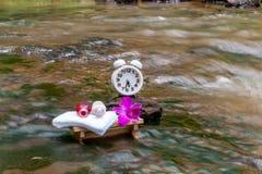Reloj blanco, toallas, aceites, río de madera de los accesorios de la tabla del masaje Fotografía de archivo