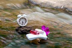 Reloj blanco, toallas, aceites, río de madera de los accesorios de la tabla del masaje Imagen de archivo