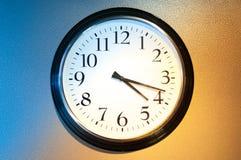 Reloj blanco y negro con la luz y la sombra. Fotografía de archivo