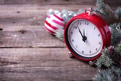 Reloj, bolas y árbol decorativos de la piel de las ramas en b de madera envejecido fotos de archivo libres de regalías