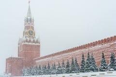 Reloj chiming del Kremlin de la torre de Spasskaya en Moscú, Rusia en el invierno durante las nevadas imagenes de archivo