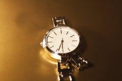 Reloj clásico de la mujer del primer con la pulsera de acero Imagen de archivo libre de regalías