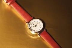 Reloj clásico de la mujer del primer con la pulsera de cuero Foto de archivo