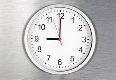 Reloj clásico en fondo del metal Fotografía de archivo