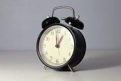 Reloj clásico negro en el fondo blanco Imagen de archivo libre de regalías