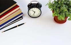 Reloj clásico negro en el fondo blanco Foto de archivo libre de regalías
