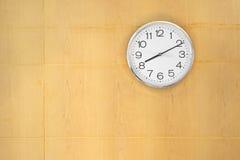Reloj colgado en la pared de madera Imagenes de archivo