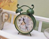 Reloj coloreado verde del vintage Reloj de alarma retro Viejas épocas Fotografía de archivo