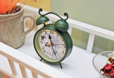 Reloj coloreado verde del vintage Reloj de alarma retro Viejas épocas Imagen de archivo