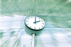 Reloj con el fondo del movimiento imagen de archivo